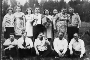 У. Хамутоўскі з гармонікам сярод сяброў