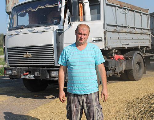 Евгений Кривенький на МАЗ-555412 доставил на переработку 2571 тонну зерна