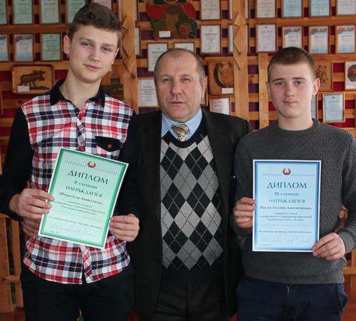 Егор Шамро и Евгений Павляк с учителем технического труда Евгением Николаевичем Козелом